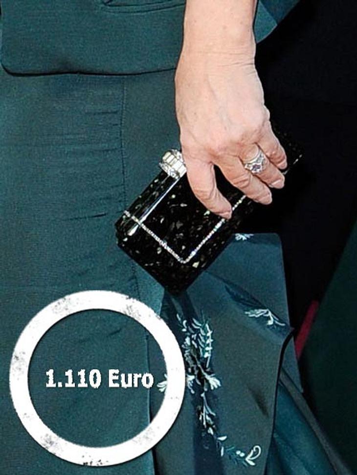 So teuer waren die Looks der Stars bei den Oscars 2012Zum grünen Designerkleid kombinierte Glenn Close (64) eine Glitzer-Clutch von Judith Leiber für 1.495 Dollar (ca. 1.110 Euro).