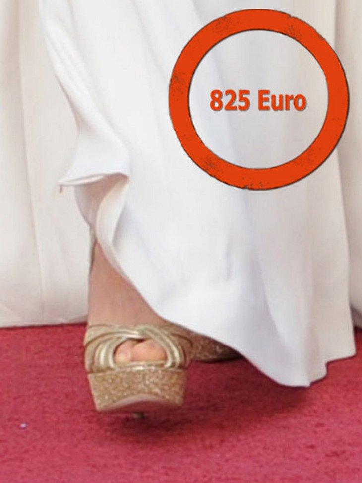 """So teuer waren die Looks der Stars bei den Oscars 2012Zu diesem schlichten Outfit wählte Gwyneth Paltrow die goldfarbenen Peeptoes """"Koko"""" von Jimmy Choo. Ladenpreis: 825 Euro."""