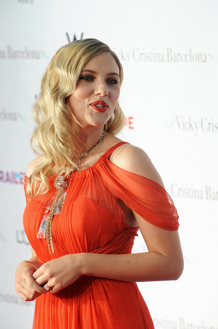 """Scarlett Johansson so gar nicht kamerascheu auf einer Premierenfeier ihres aktuellen Streifens """"Vicky Christina Barcelona"""""""