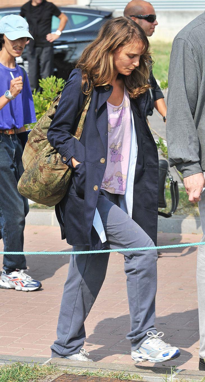 Mit ihrem Hippie-Lover, dem Folk-Sänger Devendra Banhart, hat's nicht geklappt. Ende August spazierte Natalie Portman bereits allein durch Venedig