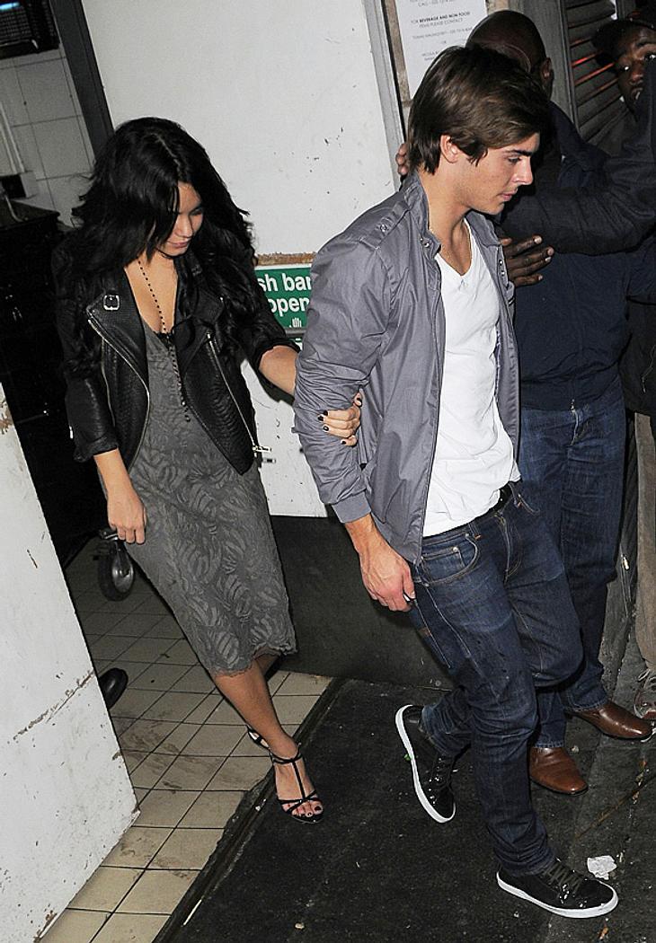 Hier kommen Zac Efron und Freundin Vanessa Hudgens gerade aus einem Londoner Restaurant. Dabei nicht zu sehen: Nur wenige Stunden vorher war Zac in eine richtige Rauferei verwickelt!