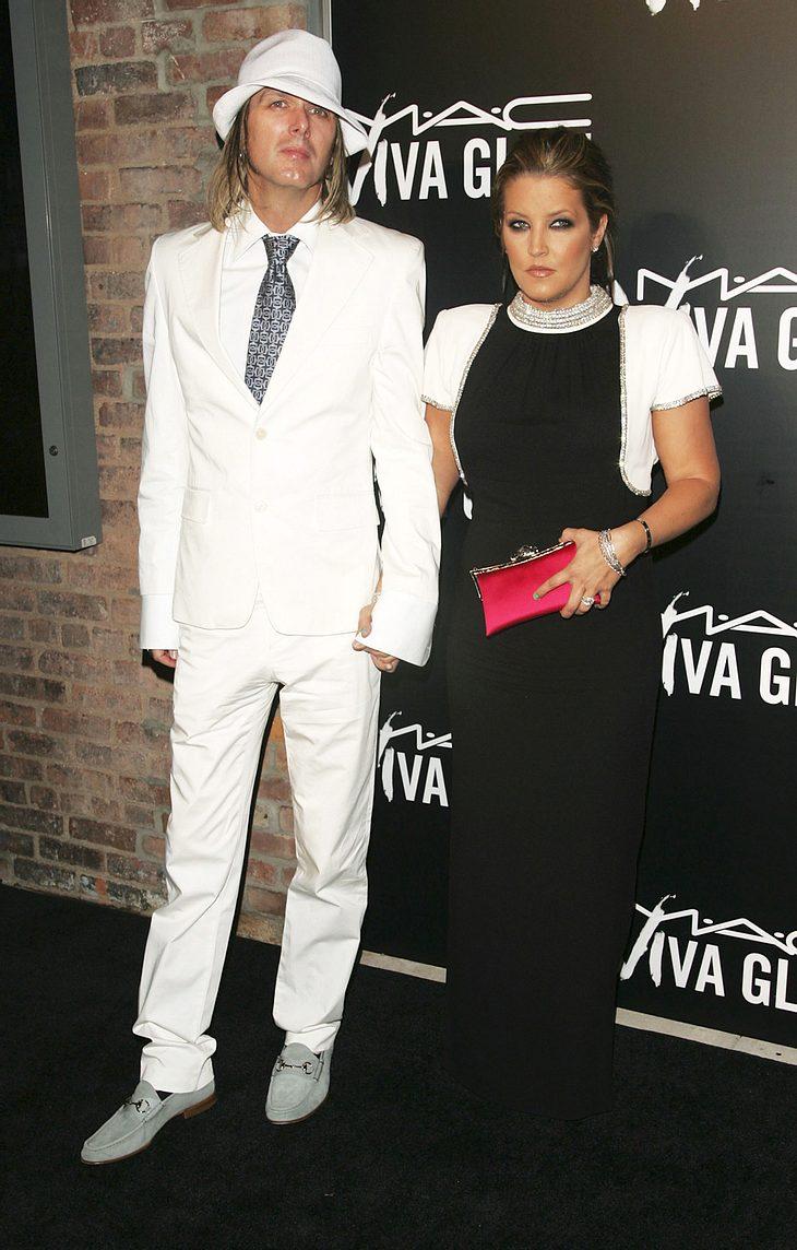 Seit 2006 ist Lisa Marie Presley in zweiter Ehe mit dem Musiker Michael Lookwood verheiratet, jetzt gab's endlich auch die ersten Babys