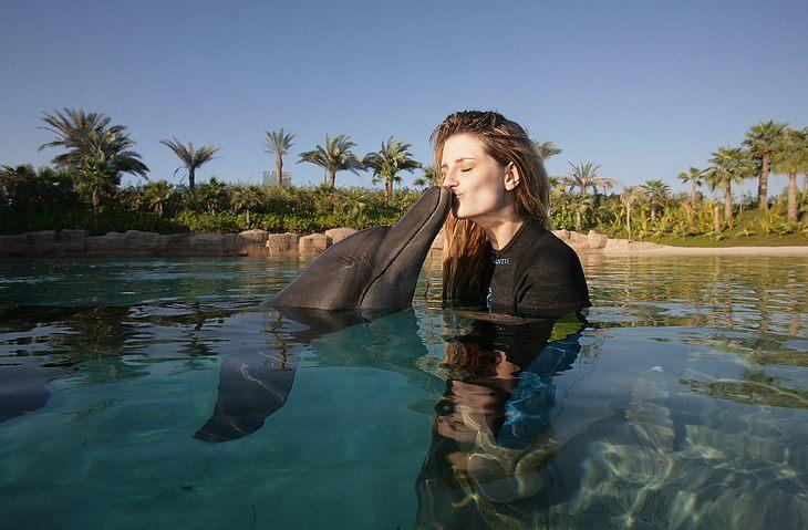 Das muss Liebe sein! Mischa Barton busserl in Dubai einen super süßen Delfin