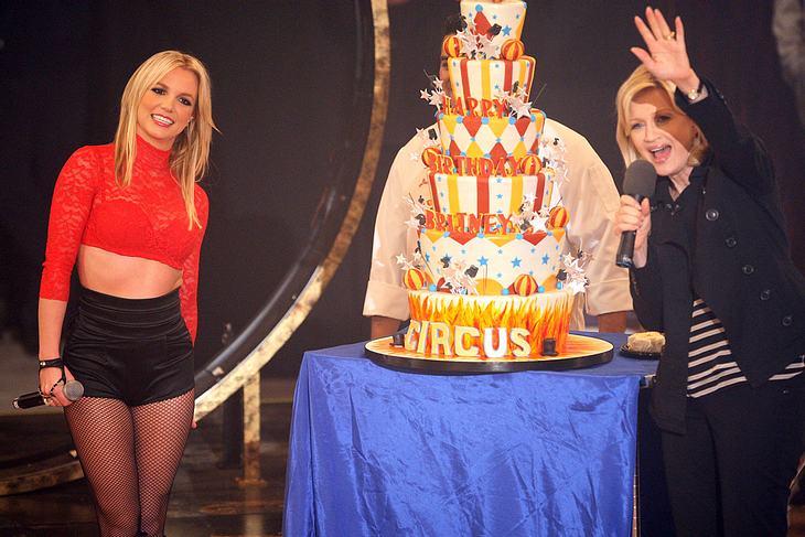 """Britney Spears ließ sich in der """"Good Morning America""""-Show von ihrem Publikum und TV-Moderatorin Diane Sawyer feiern"""