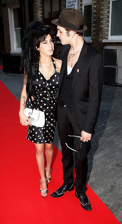 Sollte sich Amy Winehouse wirklich von Blake scheiden lassen, könnte es für sie teuer werden. Denn dann will er angeblich Schweigegeld!