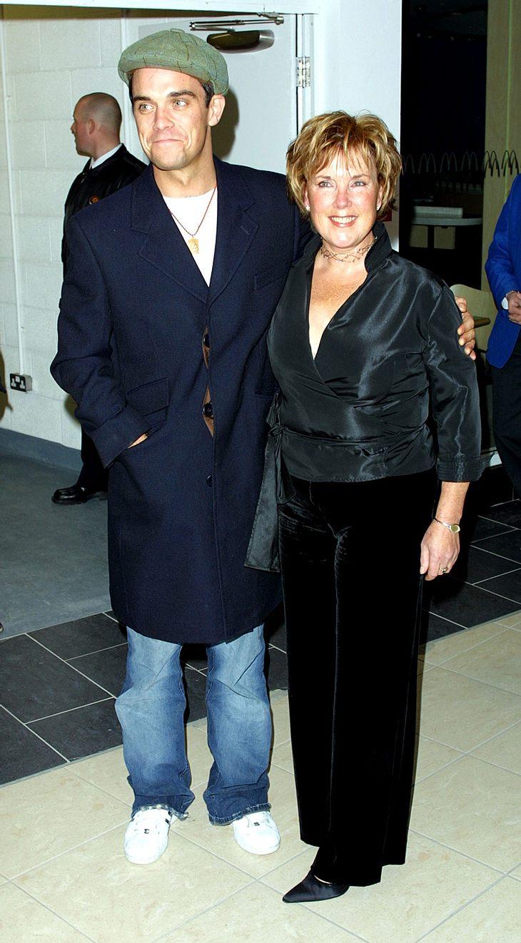 Da war alles noch gut: Robbie Williams und Mama Jan auf einer Veranstaltung 2001. Nach einer großen Herzoperation liegt die 67-Jährige im Krankenhaus