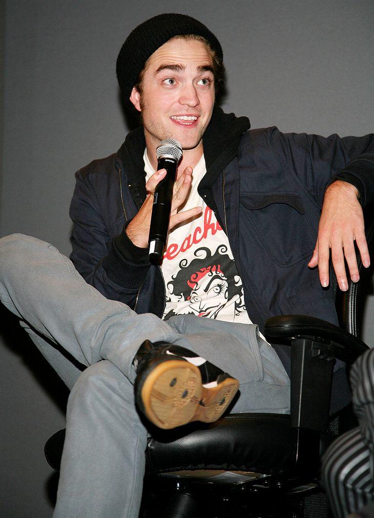 Hauptberuflich ist Robert Pattinson zwar Schauspieler, privat greift er aber gerne mal zu Mikro und Gitarre - wie angeblich jüngst in einem Londoner Pub!