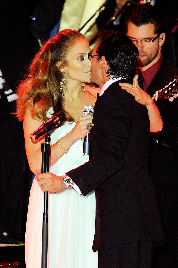 Und schmatz! Auch wenn hinter den Kulissen nicht alles heiter Sonnenschein sein soll - in der Öffentlichkeit präsentieren sich Jennifer Lopez und Marc Anthony als happy Ehepaar