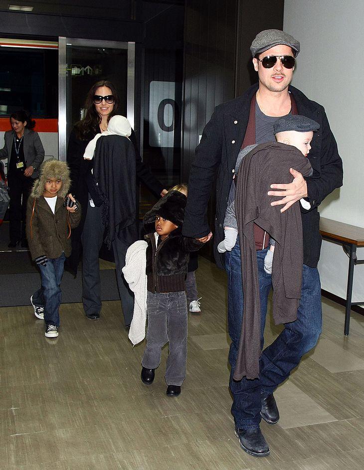 Ein Zwilling für jeden: Während es sich Vivienne auf dem Arm von Mama Angelina Jolie bequem machte, thronte Knox auf dem Arm von Papa Brad Pitt