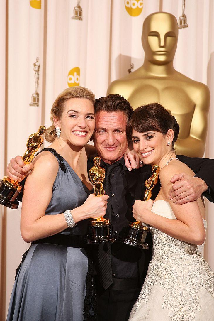 """Endlich geschafft! Sechs Nomninierungen brauchte es, bis Kate Winslet endlich den """"Oscar"""" in den Händen halten konnte. Mit ihr freuten sich über Gold: Penélope Cruz und Sean Penn"""