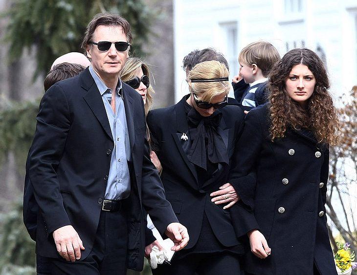 Zusammen mit Angehörigen, engen Freunden und befreundeten Kollegen trauerte Liam Neeson um seine Frau Natasha Richardson