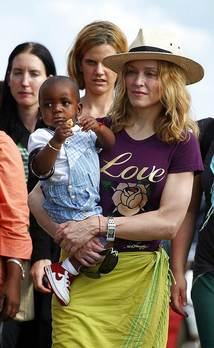 Madonna 2007 mit ihrem ersten Adoptivknirps aus Malawi, dem kleinen David Bana. Jetzt soll der mittlerweile Dreijährige ein afrikanisches Geschwisterchen bekommen!