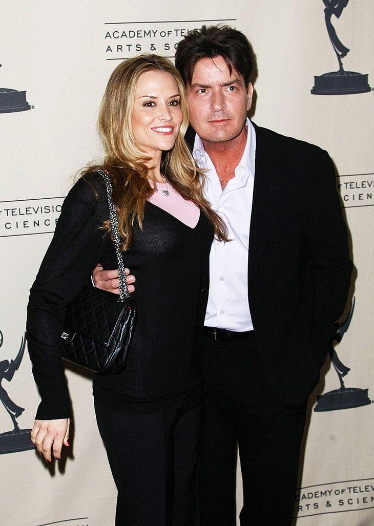 Ist mit Baby Max, einem der Zwillingsjungs von Charlie Sheen und Ehefrau Brooke Mueller, wirklich alles in Ordnung?