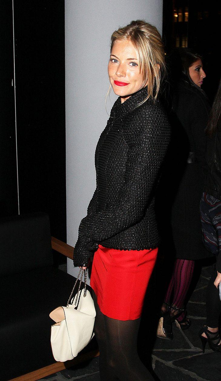 Nur gut befreundet oder voll verliebt? In London wurde Sienna Miller jetzt kuscheln mit einem Folk-Musiker gesichtet...
