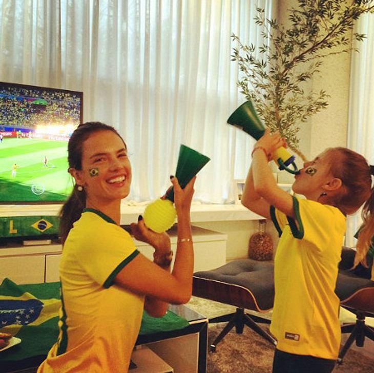 Alessandra Ambrosio und Tochter Anja sind im WM-Fieber