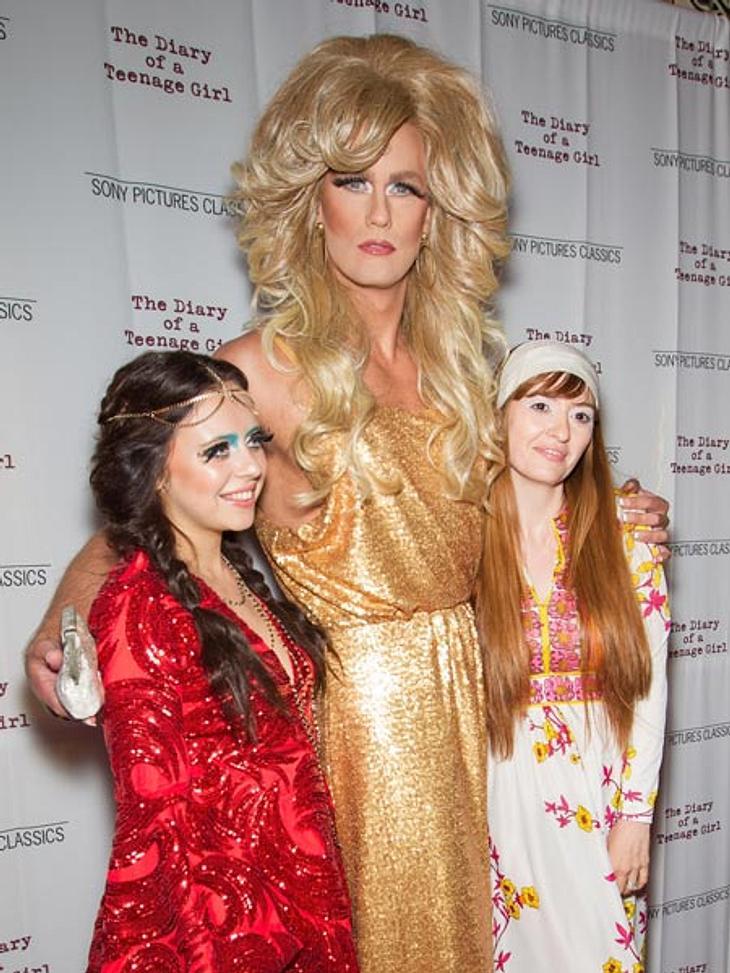 Alexanderskarsgard, als Riesen-Drag-Queen mit seinen Co-Stars