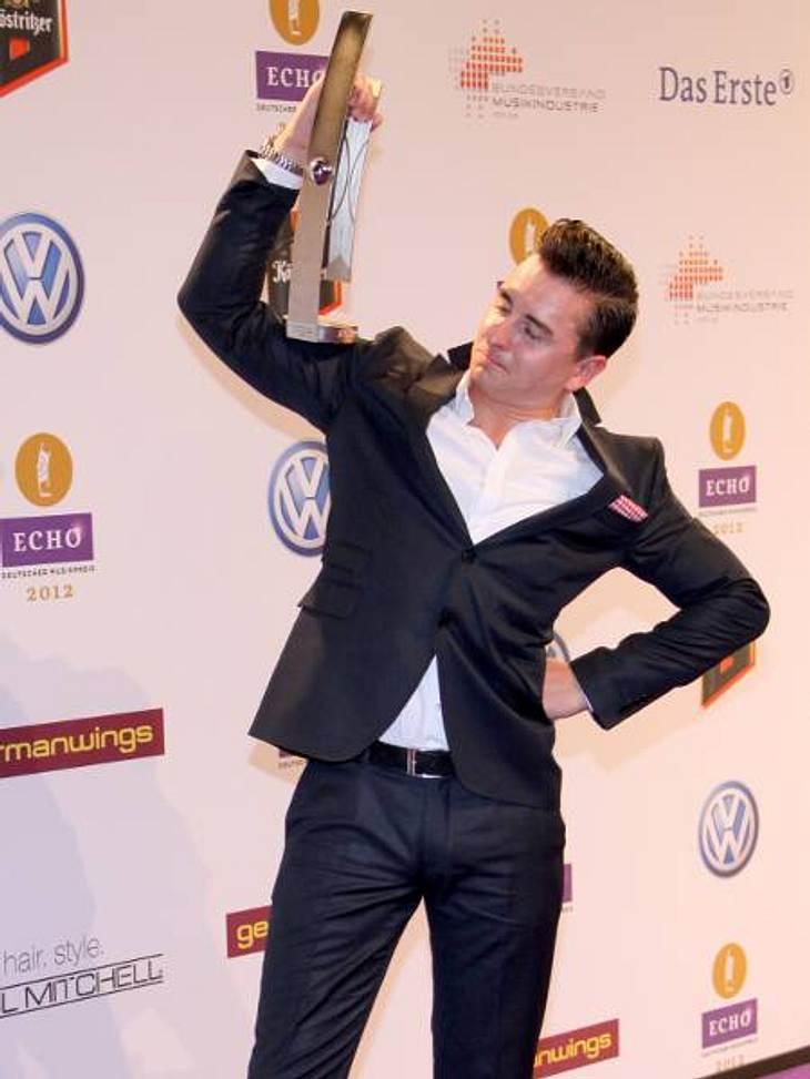 ,Andreas Gabalier (27) bewundert seinen Echo. Er gewann in der Kategorie Künstler/Gruppe Volkstümliche Musik.
