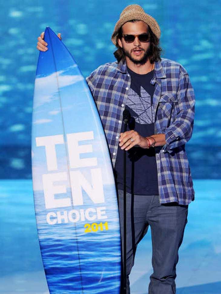 """Teen Choice Awards 2011Oh jeee, Ashton Kutcher steckt mitten in den Dreharbeiten zu """"Two And A Half Men"""", seinen Preis holte er sich mit langen Haaren und Vollbart ab. Ob so seine Rolle in der Sitcom aussehen wird? Den Teen Choice"""