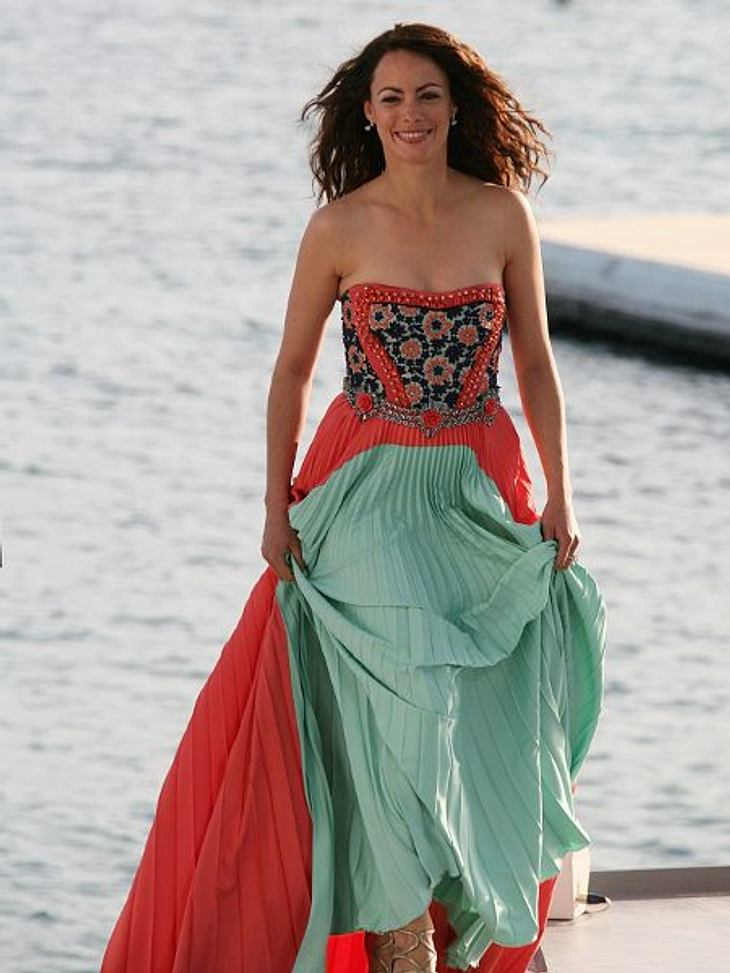 """Cannes 2012""""The Artist""""-Star Berenice Bejo (35) erinnert an ein Burgfräulein. Und wieder zeigt sich, lange Kleider sind an der windigen Mittelmeerküste gänzlich unpraktisch."""