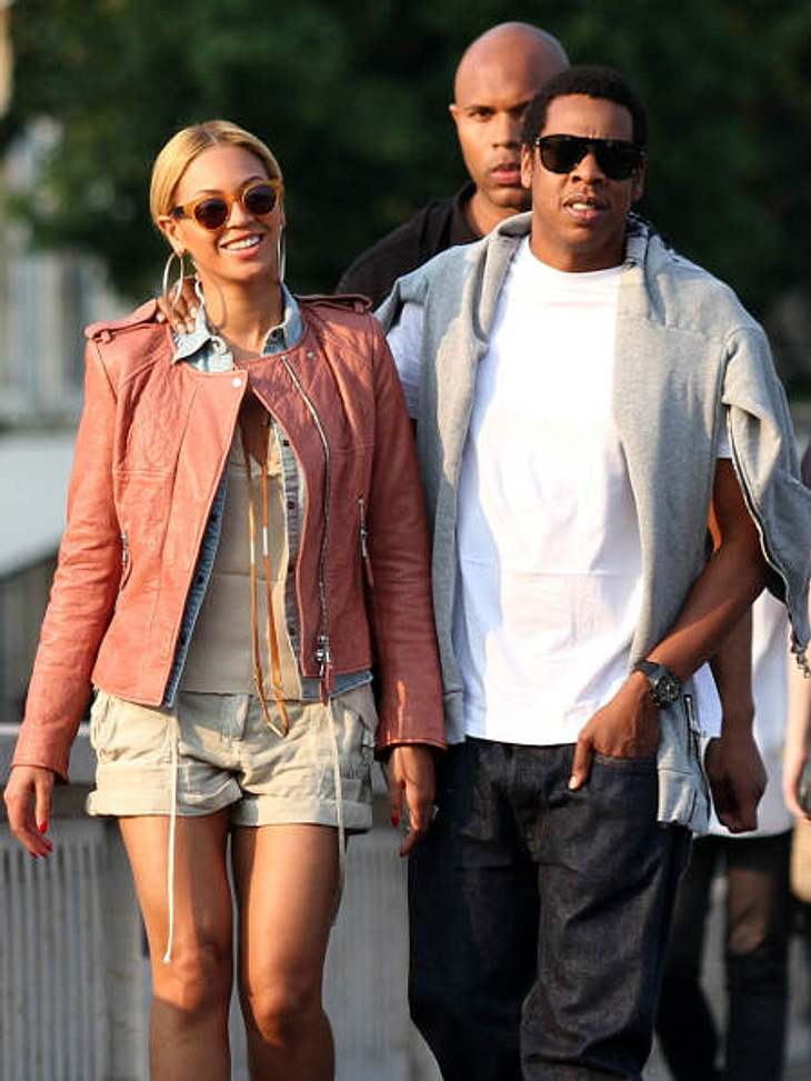 Der Look von Beyoncé KnowlesNoch am selben Tag ist Beyoncé mit ihrem Mann Jay-Z wieder strahlend unterwegs. Jeanshemd, Shorts, helle Lederjacke - richtig lässig!
