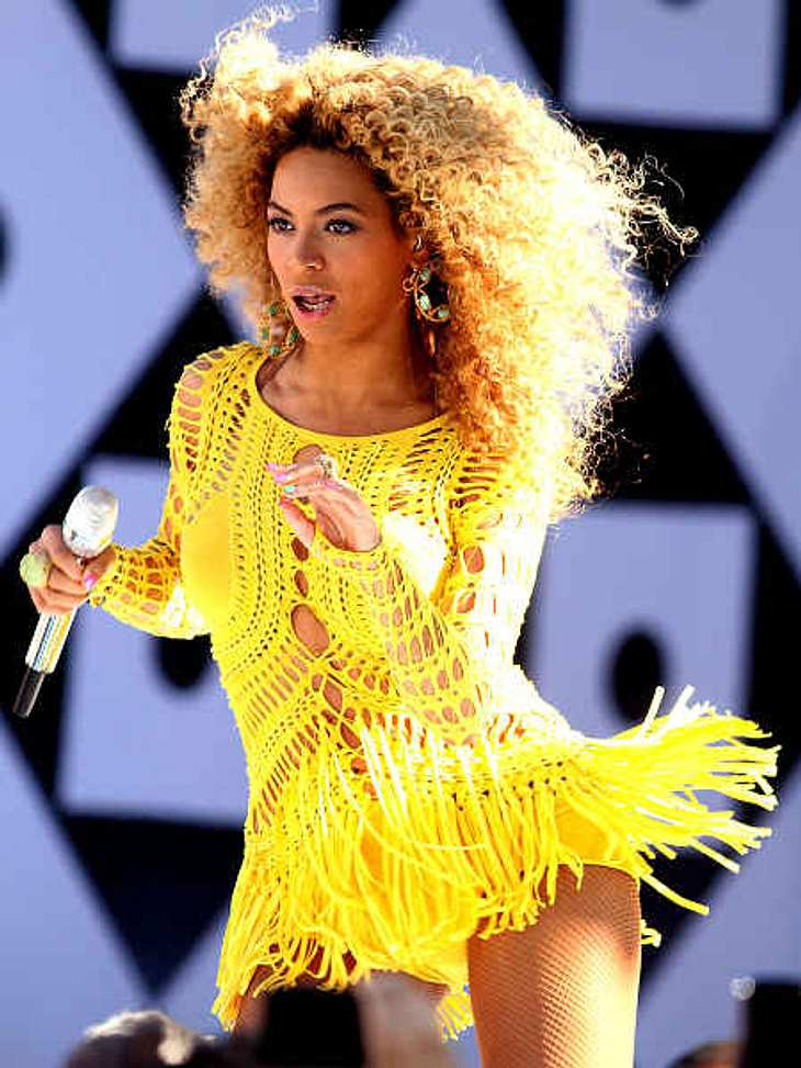 Der Look von Beyoncé KnowlesNetzoberteile gehören in die Neunziger (und eigentlich selbst da verboten)? Ach was, nicht mit Beyoncé! Dieses Kleid im coolen Fransen-Look und mit jeder Menge Cut-Outs trug sie im Juli 2011 beim Sommerspezial de