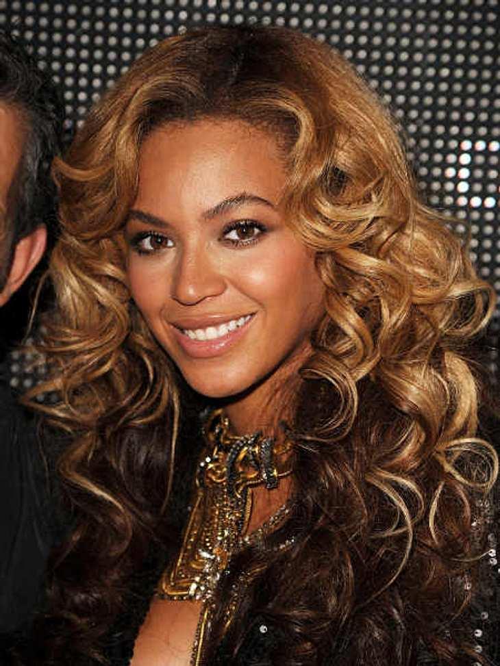 """Die Verlobungsringe der StarsBeyoncé (30) hat einen der teuersten Verlobungsringe. Der Platinring fast einen 18-karätigen Diamanten für 4,5 Millionen Dollar. Mit dem """"Big Spender"""" Jay-Z ist sie noch verheiratet."""