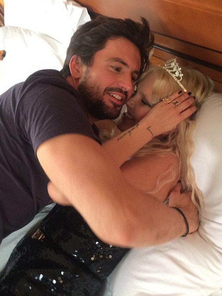 Bonnie Strange im Bett mit Tom Beck