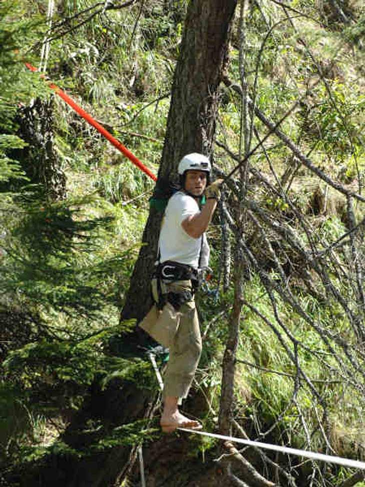 """""""Die Alm - Promischweiß und Edelweiß"""": Die HighlightsDort musste er auf einem dünnen Drahtseil über eine tiefe Schlucht balancieren, um Kuscheltier-Küken von einem gegenüberliegenden Baum zu retten."""