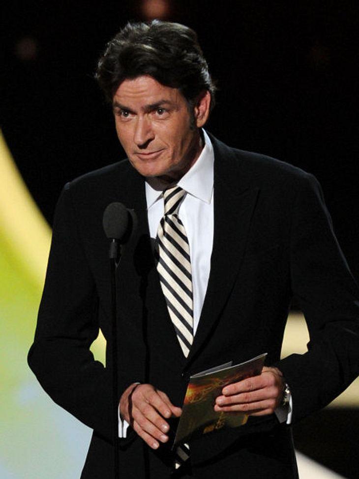 """Die Emmy Awards 2011 - Die HighlightsCharlie Sheen zeigte sich bei den Emmy Awards 2011 in Bestform. Nach seinem Rausschmiss bei """"Two And A Half Men"""" hatte man eigentlich vermutet, dass er die Gelegenheit, in einem Raum mit seinen"""
