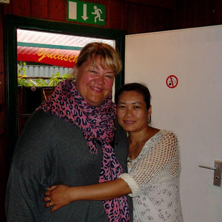 Cindy aus Marzahn alias Ilka Bessin mit der Wirtin