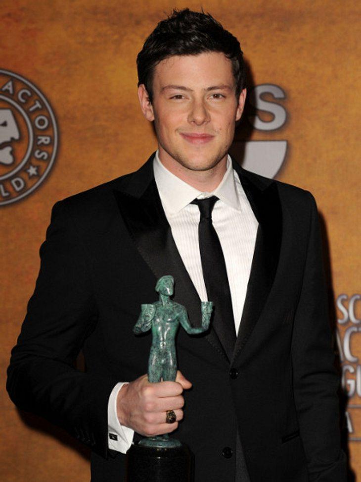 """Stolz wie Oskar hält Cory Monteith 2010 seine größte Auszeichnung in den Händen: Der Screen Actors Guild Award für die Serie """"Glee""""."""
