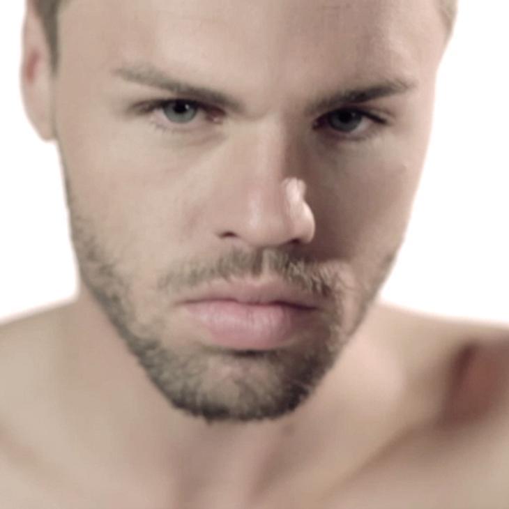 Daniel Schuhmacher zeigt viel nackte Haut in seinem neuen Video