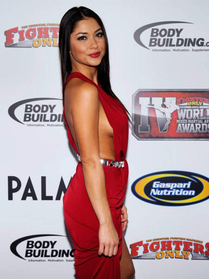 Achtung, Busenblitzer! Die Star-Dekolletés der anderen Art,Auch Model Arianny Celeste (26) im Femme-Fatale-Dress lässt Seiten(ein)blicke zu.