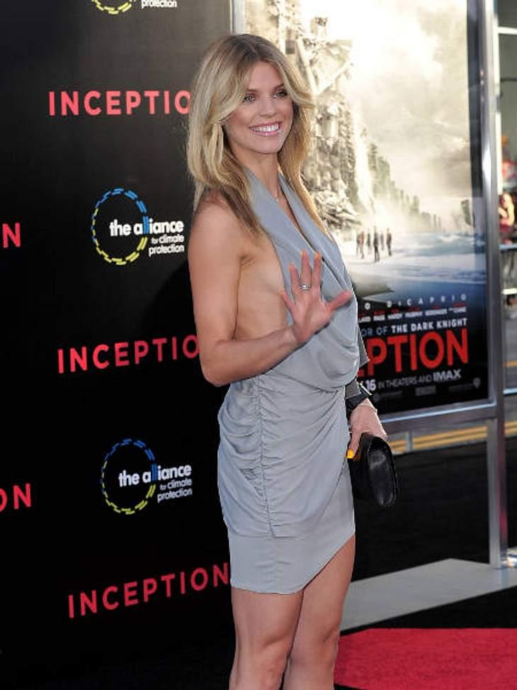 Achtung, Busenblitzer! Die Star-Dekolletés der anderen Art,Schauspielerin AnnaLynne McCord (24) im super knappen Minikleid mit Rückenausschnitt inklusive freier Sicht auf ihren Busen.