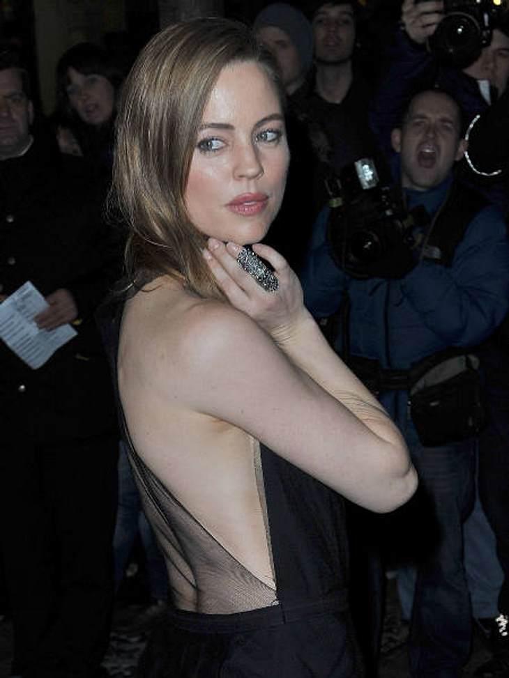 Achtung Busenblitzer! Die Dekolletés der anderen Art,Serien-Schauspielerin Melissa George (35) in Schwarz mit großem Rückenausschnitt. Etwas zu schüchtern für den Power-Look!