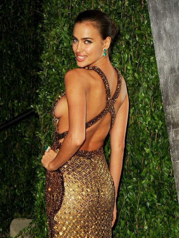 Achtung, Busenblitzer! Die Star-Dekolletés der anderen Art,Model Irina Shayk (26) strahlt besonders sexy im goldfarbenen Dress mit gekreuzten Rückenträgern und seitlichem Dekolleté. Aufmerksamkeit garantiert!