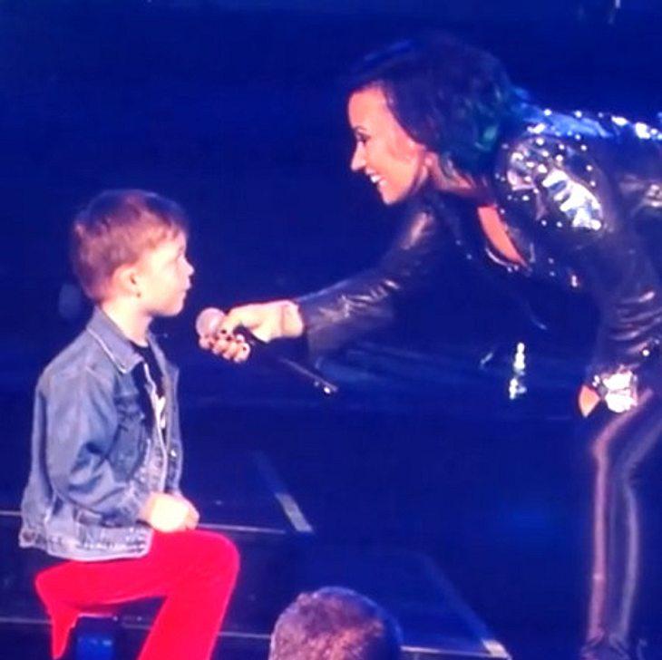 Demi Lovato verlobt sich bei ihrem Konzert mit einem kleinen Fan