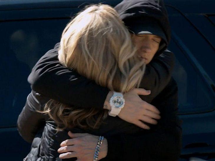 Eminem nimmt seine Mutter fest in den Arm