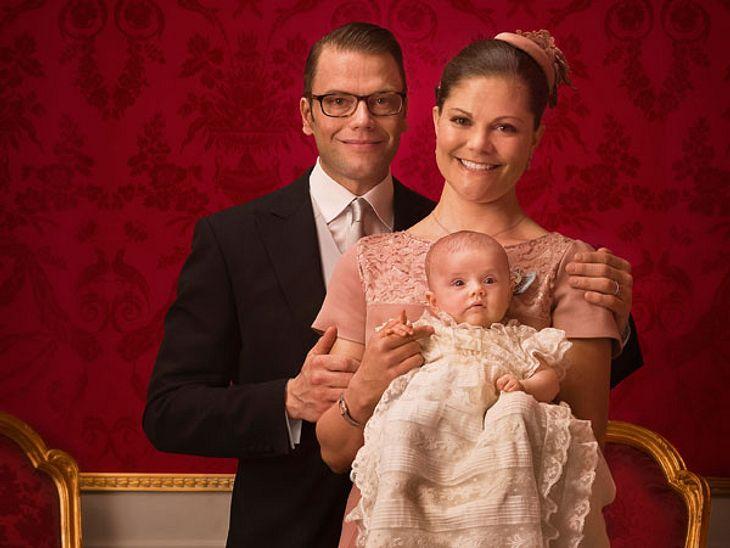 Jahresrückblick 2012 - Die schönsten Momente der StarsIm Februar 2012 war der schwedische Hof total verzückt: Victoria von Schweden stellte ihre kleine Tochter Estelle vor.