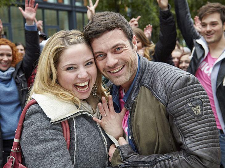 Flashmob-Heiratsantrag bei AWZLachend schauen die Beiden in die Kamera und Bea zeigt stolz ihren Ring.