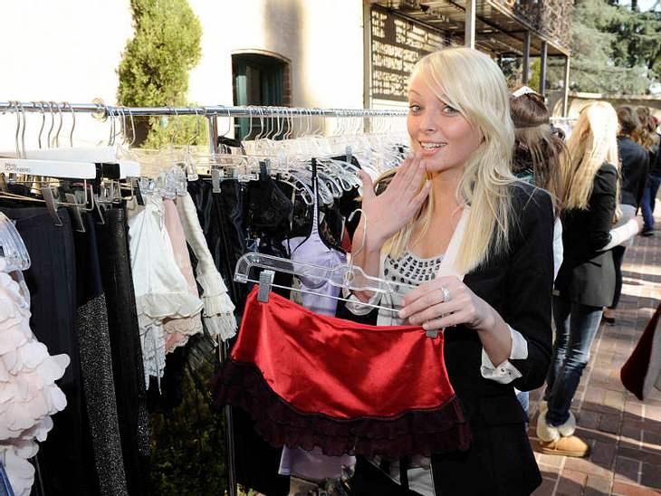 GNTM-Kandidatinnen bereiten sich auf ein Fotoshooting vor und suchen Klamotten aus