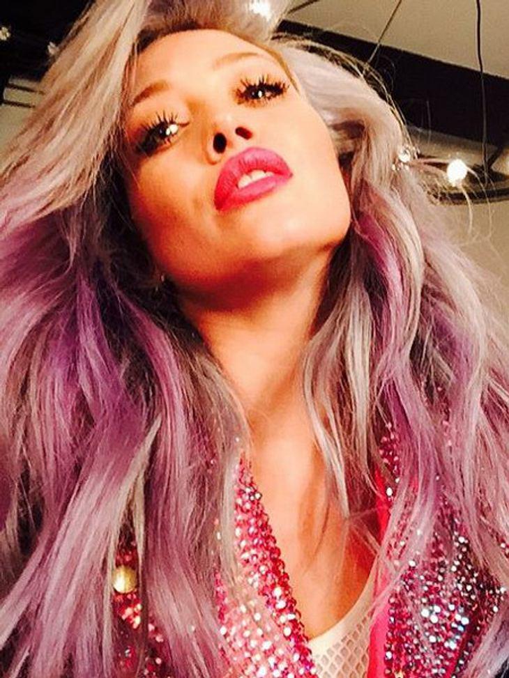 Ihre Haare sind jetzt pink-grau
