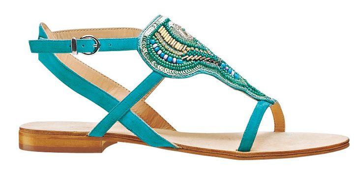 Glitzer-Flitzer: Leder-Sandale mit funkelnden Details in Türkis. Cox, ca. 70 Euro (www.goertz.de).