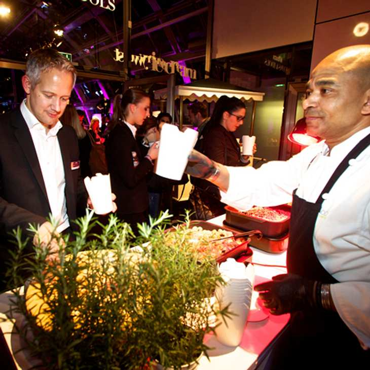 Marco von Dahle (Director Digital) am Buffet