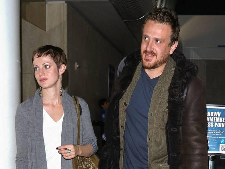 Jason Segel wurde mit der unbekannten Frau am Flughafen in Los Angeles gesichtet