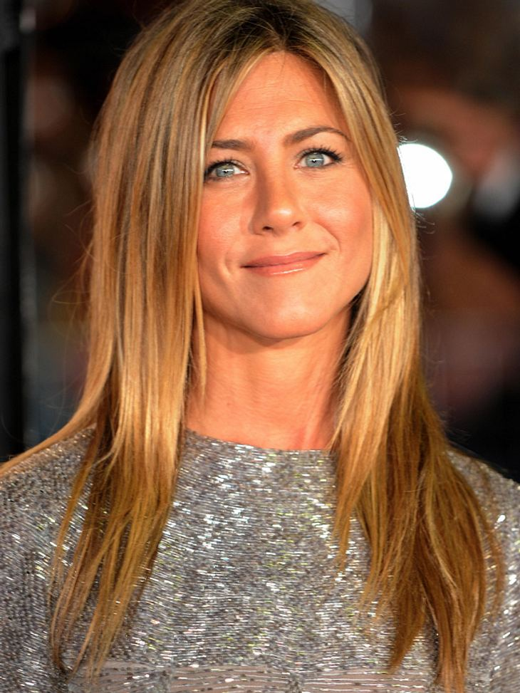 """Kurz vor Weihnachten wird auch bei den Stars nicht gekleckert, sondern geklotzt: Jennifer Anistons Heim schmückt eine glitzernde XL-Tanne von der Edel-Baumschule """"Mr. Greentrees""""."""