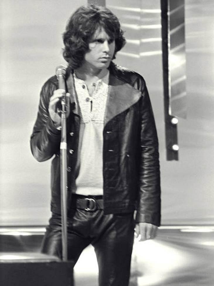Die skurrilsten Promi-Gerüchte,Laut der Polizei starb Jim Morrison (†27) am 3. Juli 1971 in einer Badewanne in Paris. Doch Morrisons Organist Ray Manzarek behauptet das Gegenteil: Angeblich soll Jim Morrison auf den Seychellen verweilen und
