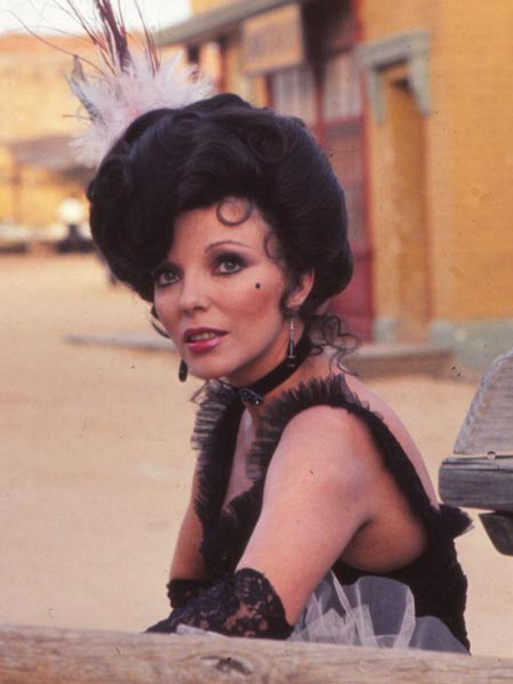 """Joan Collins: Was eine Diva in der Handtasche haben sollte...1974 ist Joan Collins bereits 41 und wirkt wie eine echte Dame. Am Filmset von """"La Ilmada del lobo"""" in Madrid zeigt Joan Collins sich elegant und noch immer neugierig au"""