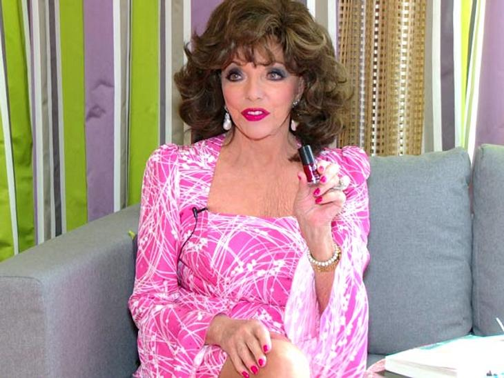 Joan Collins: Was eine Diva in der Handtasche haben sollte...Ein roter NagellackDer Nagellack ist definitiv nach Joan Collins' Geschmack. Der ist nicht nur verführerisch sexy sondern funkelt in dieser Variante von Agnes B. (Rock'n'Red) auch