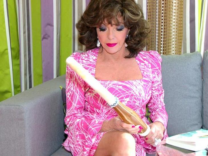 """Joan Collins: Was eine Diva in der Handtasche haben sollte...Ein japanisches HolzschwertDas japanische """"Suburi""""-Schwert weckt schon eher das Interesse von Joan Collins. Könnte es sich vielleicht dazu eignen, eine Kontrahentin gala"""